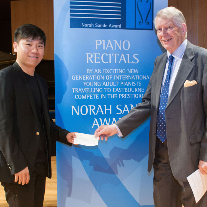 Bo Lyu receives winner's cheque at the 2018 Sande Award